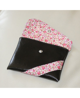 Pochette de rangement en simili cuir pour masques en tissu. Couleur noir