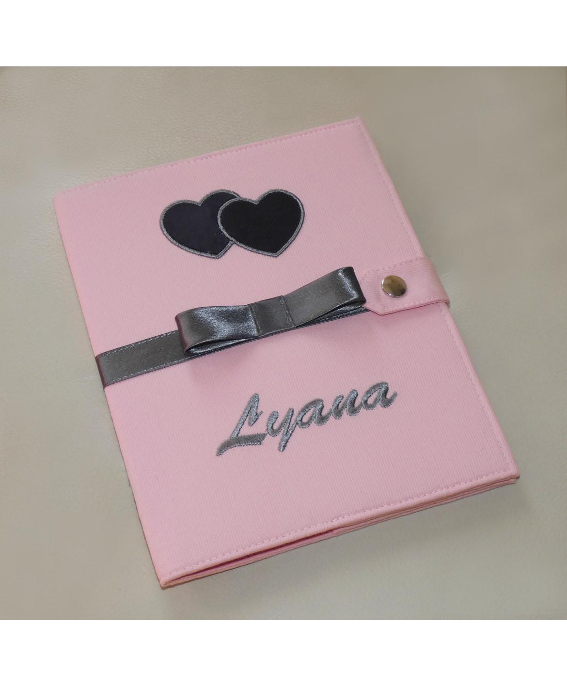 Protège carnet de santé fille rigide personnalisé - motif coeur gris anthracite - Cadeau de naissance personnalisé